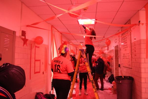 Daniella Vasquez helps decorate the senior hallway. Ani Mathison / Sagamore staff