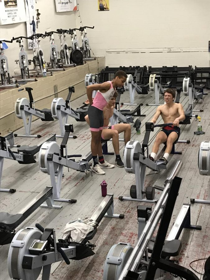 Junior+Matteo+Sanchez-Dahl+ergs+with+the+support+of+senior+Robert+Bitzier+and+junior+IK+Agba.+Sophmore+Anay+Saraf+said+crew+athletes+have+no+off-season.+