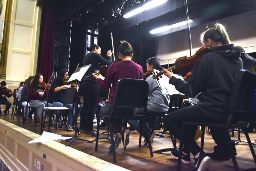 The+orchestra%2C+led++by+conductor+Nina+Bishop%2C+rehearses+in+the+Robert-Dubbs+Auditorium.++Rehearsals+are+held+during++Z-block.+The+orchestra+is+currently+preparing+Brahms%E2%80%99+Hungarian+Dance.+